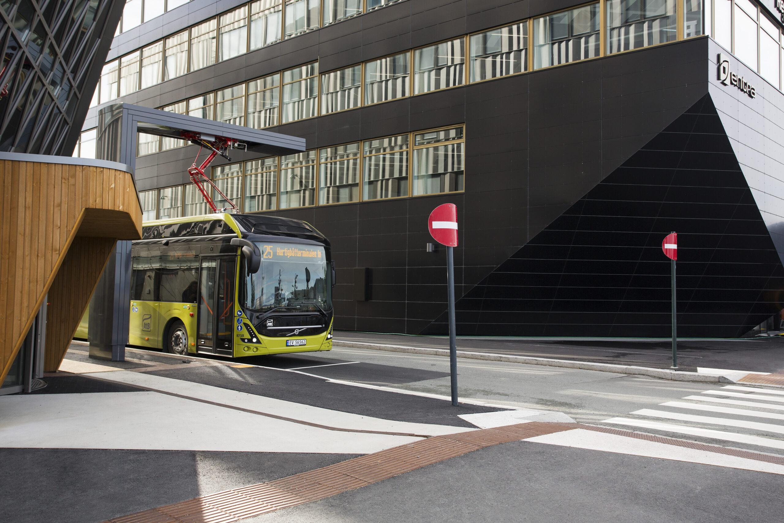 Entra lader busser i Trondheim med overskuddsstrøm fra Powerhouse Brattøra Foto: Entra ASA