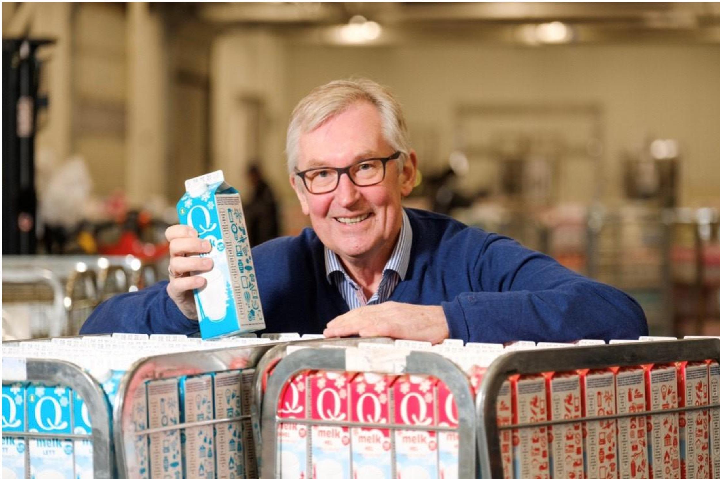 Q-sjef Bent Myrdahl med melkekartongen som skal spre gode historier fra innovative virksomheter.