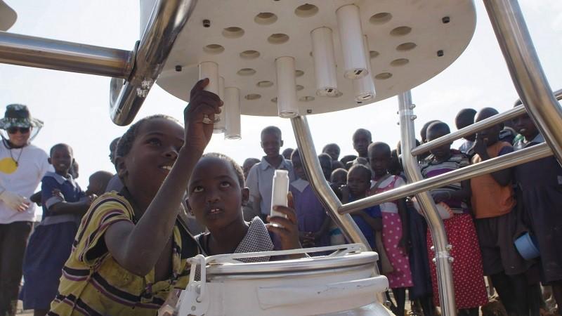 Solcelle-ku skal stoppe barnearbeid i Afrika