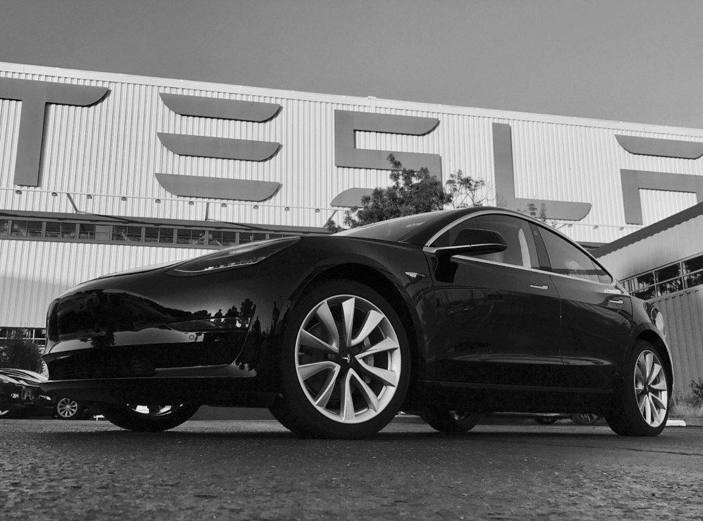 Tesla Model 3 er klar for salg – og utstyrt for å kunne kjøre selv i fremtiden